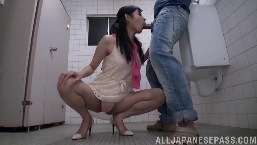 Азиатка туалет порно
