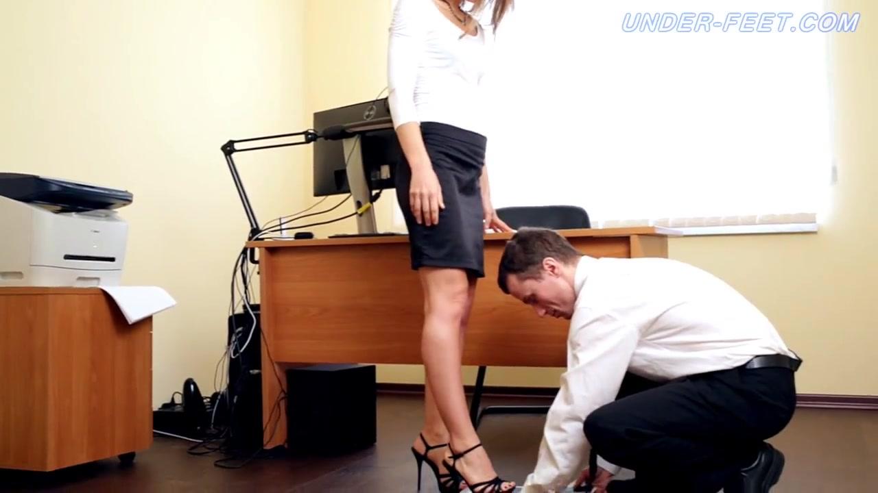 porno-v-ofise-lizhet