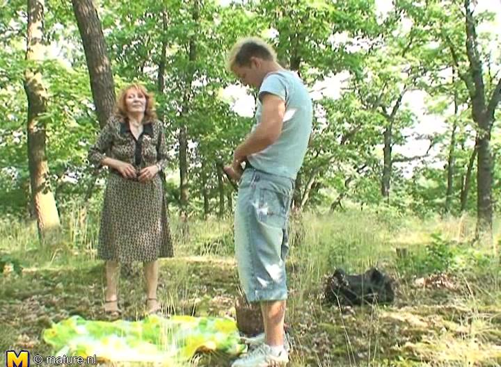 Лижет писю русское в лесу стоя такой