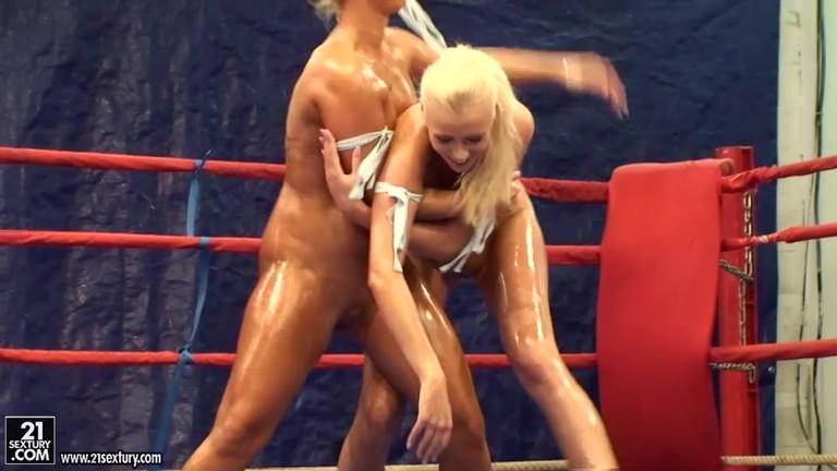 Лесбиянки в купальниках на ринге