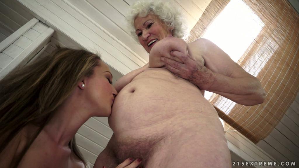 в трахнул секс порно душе бабушку